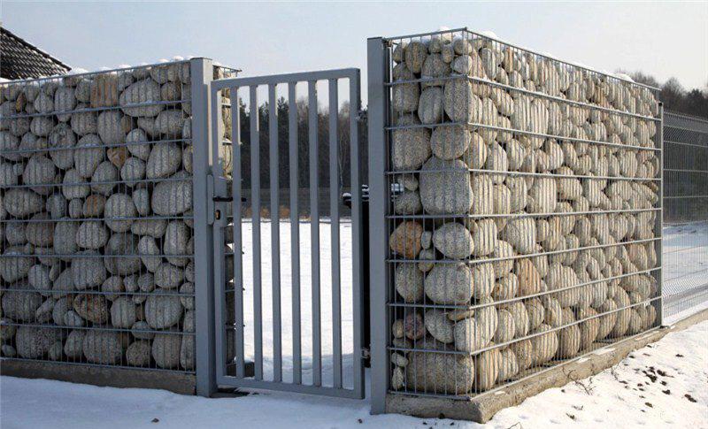 Заборы из камня с использованием конструкций габионов — это хорошая альтернатива уйти от традиционных вариантов заборов и сделать свой участок неповторимым.